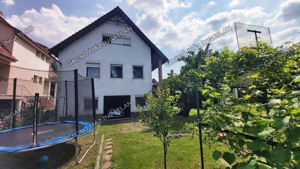 Eladó 210 m2 ház - Budapest XVI.